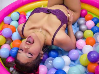 Webcam model AvrilThomas from XLoveCam