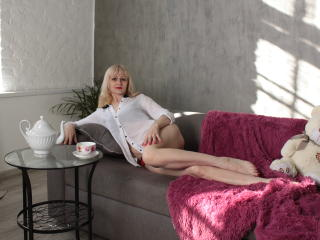 Webcam model EllenMoore from XLoveCam